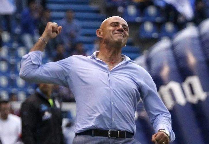 'El Chelís' (foto) reemplazó a Rubén Omar Romano durante la temporada más reciente del Puebla, pero ahora el equipo se ha quedado sin entrenador, y aún no anuncian al sustituto. (Notimex)