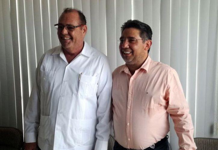 El dirigente estatal del PRD (d) presentó al investigador. (Foto: Milenio Novedades)