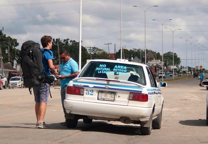 Taxistas argumentan que no pueden acercarlos a los lugares que necesitan, ya que las autoridades los han multado por ser prohibido. (Javier Ortiz/SIPSE)