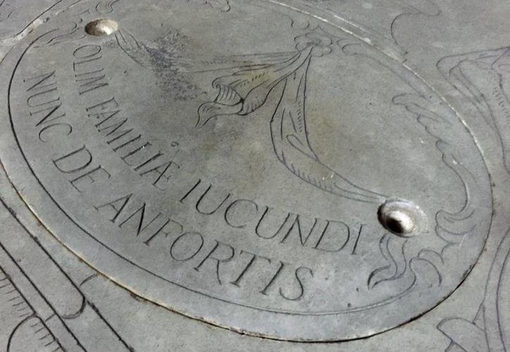Superficie del panteón familiar de Francesco del Giocondo, marido de Lisa Gherardini, situado a espaldas de altar mayor de la basílica de la Santísima Anunciación, en Florencia. (EFE)