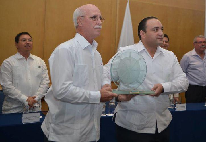 Ayer el directivo de la naviera Royal Caribbean, Mike Ronan, recibió de manos de Roberto Borge Angulo, gobernador de Quintana Roo, un reconocimiento a su trayectoria.  (Gustavo Villegas/SIPSE)