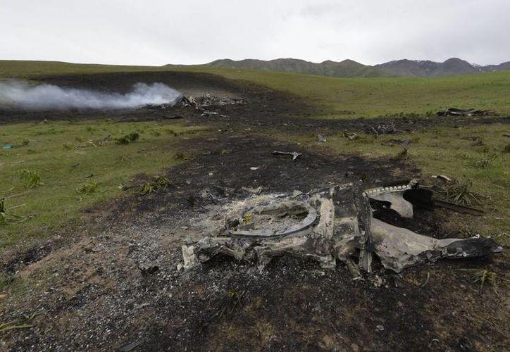 Restos humeantes de un avión cisterna KC-135 de la Fuerza Aérea estadounidense están disperos en un campo en medio de montañas cerca de la aldea de Chaldovar. (Agencias)
