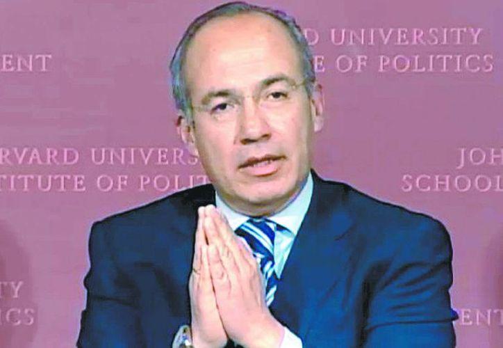 Felipe Calderón habló ante estudiantes en la escuela de gobierno John F. Kennedy. (Milenio)