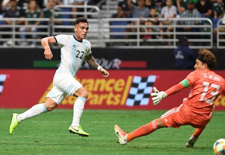 Lautaro Martínez, de 22 años, del Inter de Milan, hizo la vida imposible a la defensa mexicana. (Fotos: mexsport)