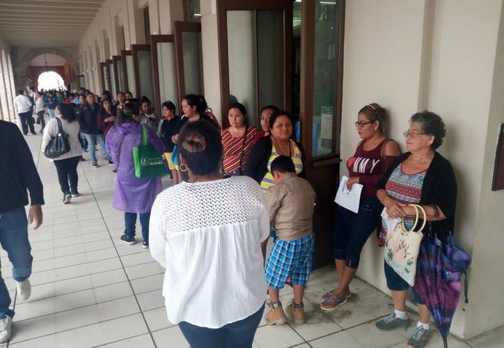 Se presentaron 2 mil 857 tutores de alumnos becados a firmar su beca correspondiente al cuatrimestre septiembre-diciembre en el Olimpo. (Foto: Milenio Novedades)
