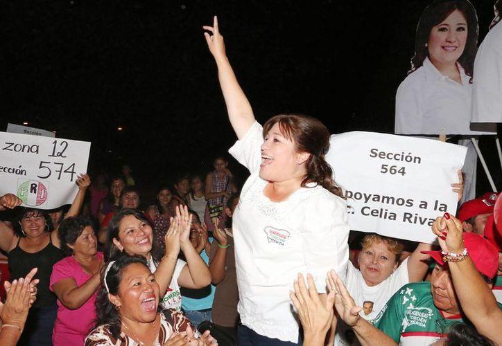 Celia Rivas saluda a la gente reunida en un mitin en el fraccionamiento Juan Pablo II. (SIPSE)