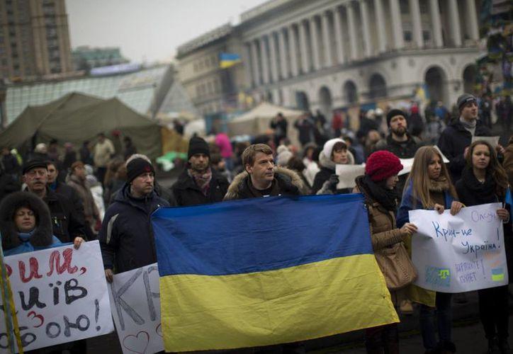 Manifestantes en Ucrania protestan contra la cada vez más factible intervención militar rusa en su país. (Agencias)