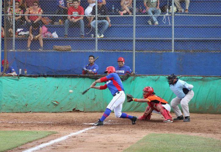 Los Castores de Mérida definieron el juego realizando cuatro carreras en la cuarta entrada, ante el naranjero Rommel Matos.(Marco Moreno/Milenio Novedades)