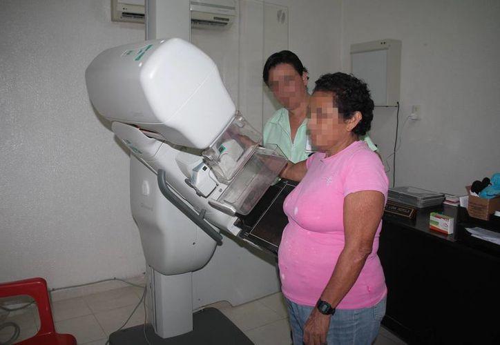 En estudios in vitro con células tumorales de mama se logró obtener resultados positivos para matar células malignas con diversos extractos puros de plantas. Imagen de una mujer al momento de realizarse una mamografía. (Archivo/SIPSE)