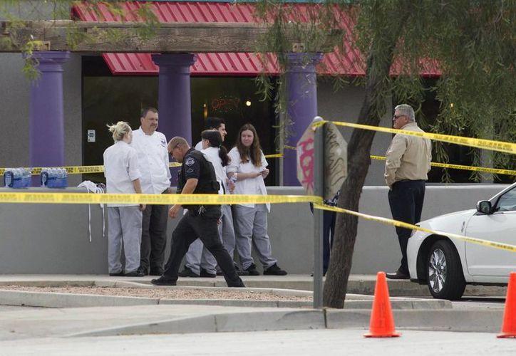 La policía acordonó el área donde se realizaron los disparos. (Agencias)