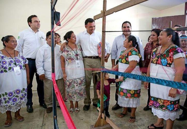 En Tekom, el Gobernador entregó apoyos sociales que permitirán fortalecer la economía y el bienestar de las familias vulnerables del oriente de Yucatán. (Cortesía)
