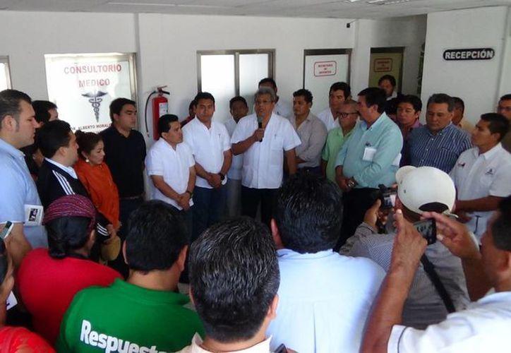 En la inauguración estuvieron autoridades municipales y algunos de los taxistas que serán benefiados con la unidad médica. (Rossy López/SIPSE)