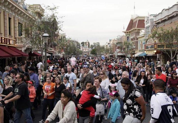 Las autoridades determinaron que un empleado de los parques Disney en Anaheim, California, fue quien inició el brote. (AP)