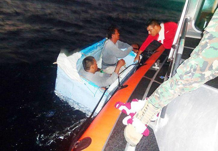 Los dos pescadores náufragos fueron encontrados flotando sobre una hielera, a 48 millas náuticas, equivalentes a 88.8 kilómetros, al sur de Altata, Sinaloa. Imagen del momento de su rescate por parte del personal de la Marina. (Excelsior)
