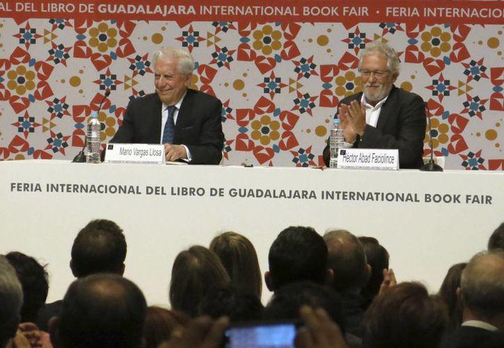 Durante su quinta visita a la FIL, Mario Vargas Llosa fue recibido en el Auditorio Juan Rulfo, el cual se encontraba repleto de lectores de todas las edades.(Berenice Bautista/AP)