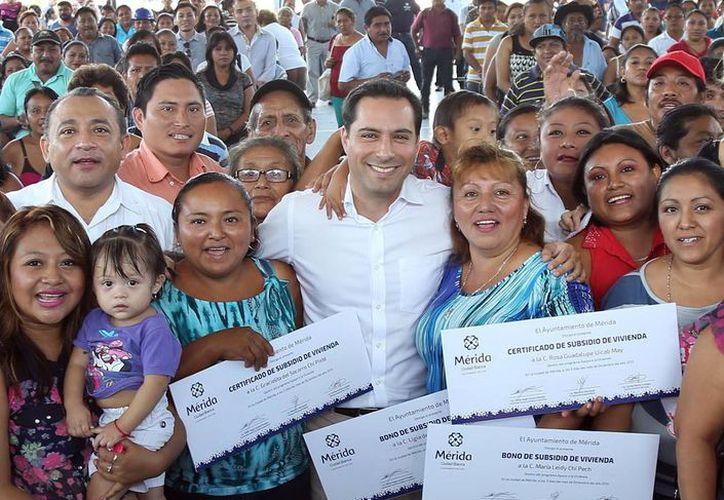 El alcalde Mauricio Vila durante la entrega simbólica cinco certificados y bonos de apoyo para vivienda a vecinos de colonias y comisarías de Mérida. (SIPSE)