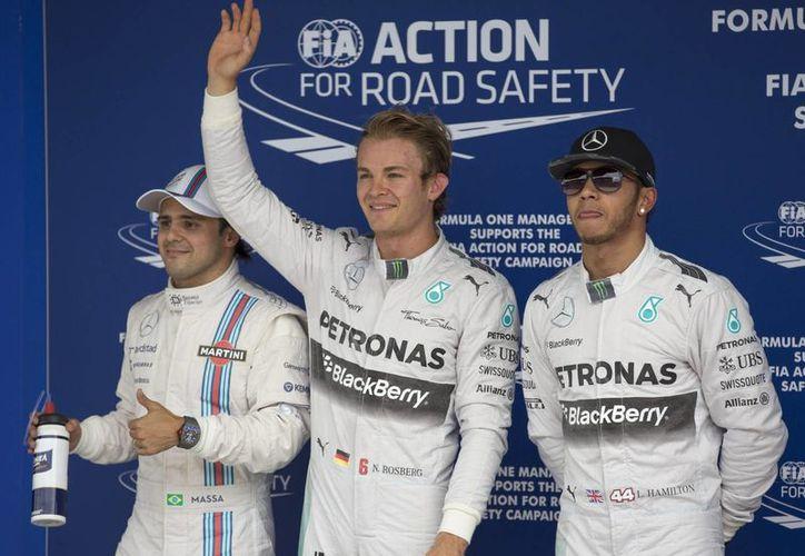 El piloto alemán Nico Rosberg (c), de la escudería Mercedes, acompañado del británico Lewis Hamilton (d), de Mercedes, y del brasileño Felipe Massa (i), de Williams, celebra tras llegar en primer lugar de salida del GP de Brasil. (EFE)