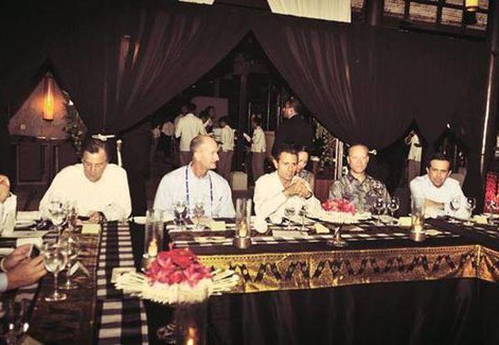 El presidente Enrique Peña Nieto en Bali, Indonesia, con líderes empresariales de las economías que participan en el Foro de Cooperación Económica Asia-Pacífico. (Facebook)