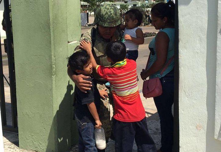 Algunos militares tuvieron la oportunidad de despedirse de sus padres, esposas e hijos.(Ángel Castilla/SIPSE)