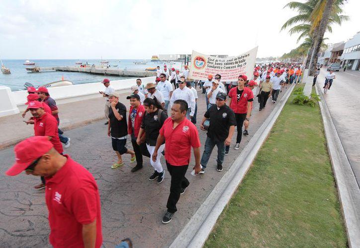 El único orador comentó indignado que es una  pena que las autoridades no reconozcan a los trabajadores cozumeleños. (Gustavo Villegas/SIPSE)