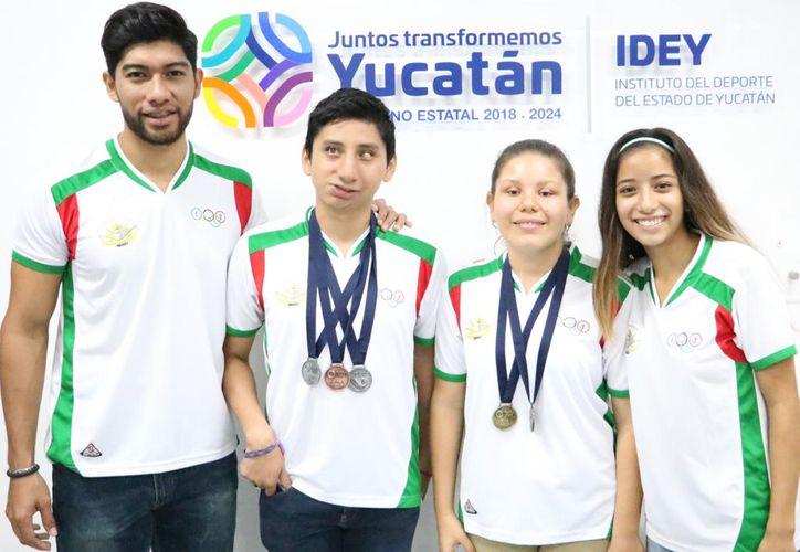Los cuatro atletas que consiguieron las medallas. (Foto: Milenio Novedades)