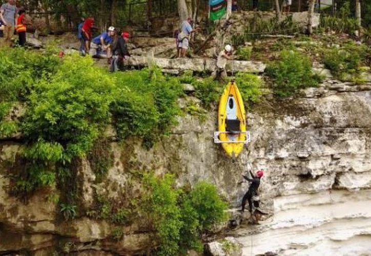 Investigadores de National Geographic y el INAH exploran el Cenote Sagrado. (Milenio Novedades)