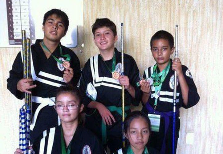 Yucatecos ganaron medallas en formas con armas, en formas creativas y en arma de Lima Lama, dentro de la fase nacional de los Juegos Populares. (Jesús Erosa/Milenio Novedades)