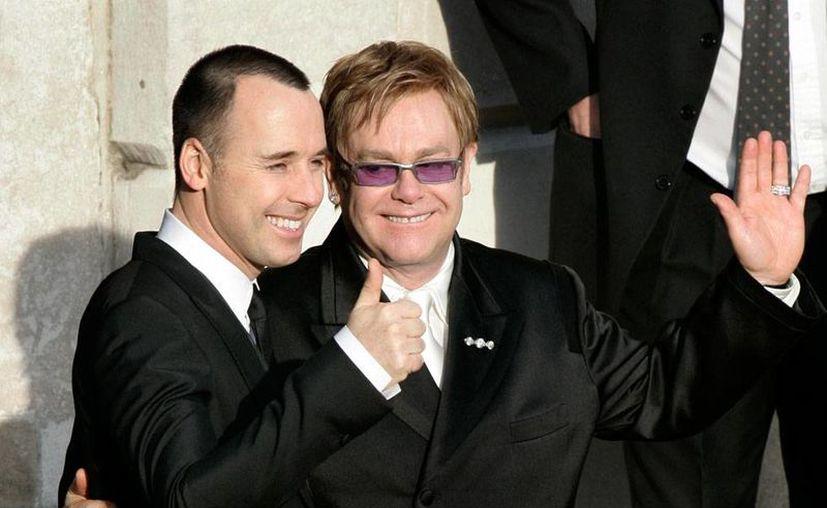 David Furnish (izq.) y Elton John se casarán este fin de semana para formalizar una relación de varios años, en la que incluso ya tienen dos hijos. (AP)