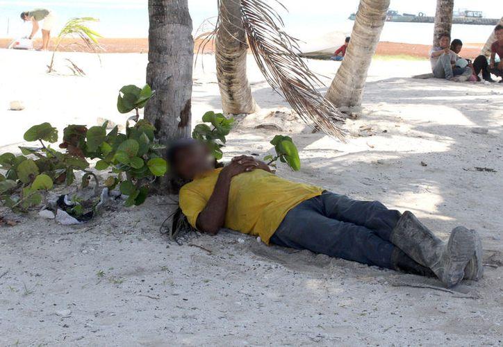 Personas sin hogar ni familia llegan al poblado por largo tiempo en el que estuvieron vagando o durmieron. (Joel Zamora/SIPSE)
