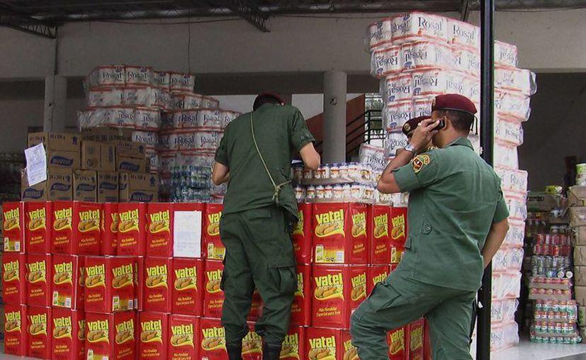 Militares venezolanos confiscan camiones con alimentos de contrabando en la frontera con Colombia. (Archivo/EFE)