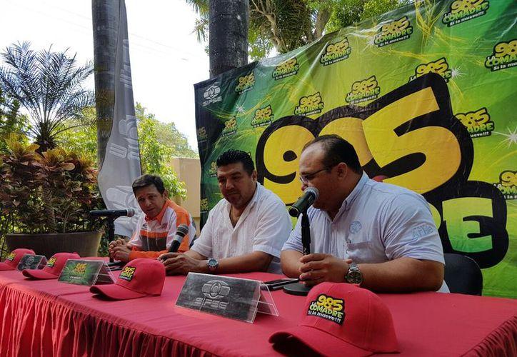 Russell Gutiérrez, director de SIPSE Deportes; Augusto Caamal, jefe de operaciones de SIPSE Radio y el gerente comercial de las fieras, Mario Ceballos Bojórquez. (Marco Moreno/ Milenio Novedades)