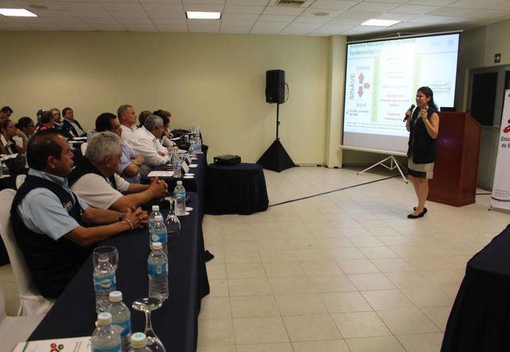 Alrededor de 70 servidores públicos relacionados a la salud, acudieron al encuentro para actualizar en cuanto a epidemias. (Luis Ballesteros/SIPSE)