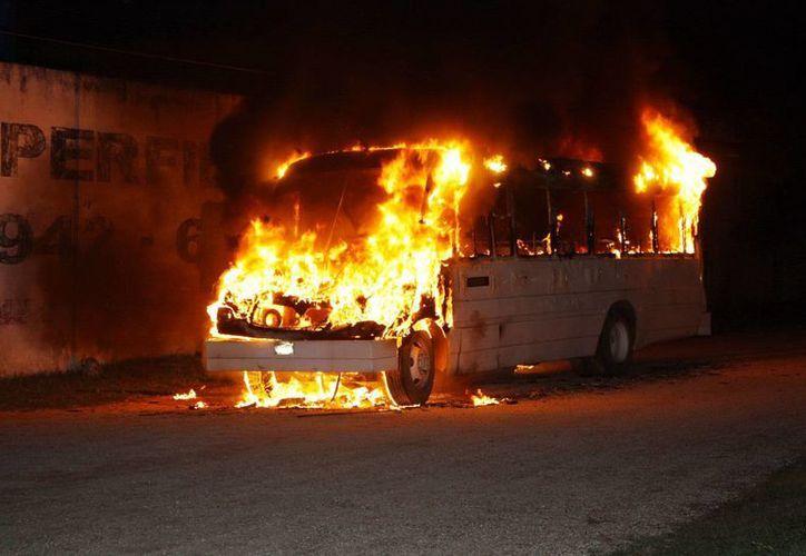 El autobús de la ruta San Pedro Nohpat se consumió en su totalidad en el anillo periférico debido a un incendio originado en su interior. (Milenio Novedades)