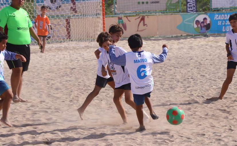 Ni el sol ni el calor amedrentan a los pequeños. (Fotos de Jorge Acosta/Novedades Yucatán)