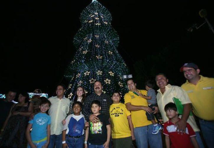Las autoridades municipales y ciudadanos durante el encendido de las luces del árbol navideño. (Jesús Tijerina/SIPSE)