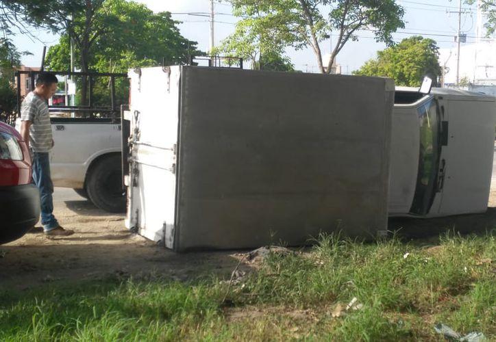 Elementos de la Secretaría de Seguridad Pública y de la Policía Federal llegaron al lugar a tomar conocimiento del accidente y deslindar responsabilidades. (SIPSE)