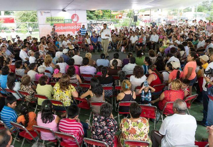 """""""Diálogos con el Gobernador"""" llegó al Oriente de la ciudad. Rolando Zapata respondió a las peticiones de los vecinos. (Milenio Novedades)  (Milenio Novedades)"""
