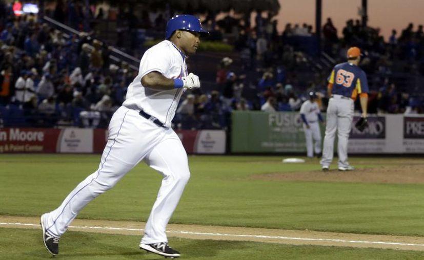 Marlon Byrd (i), de los Mets de NY, avanza tras conectar un hit en juego contra los Astros de Houston. (Agencias)