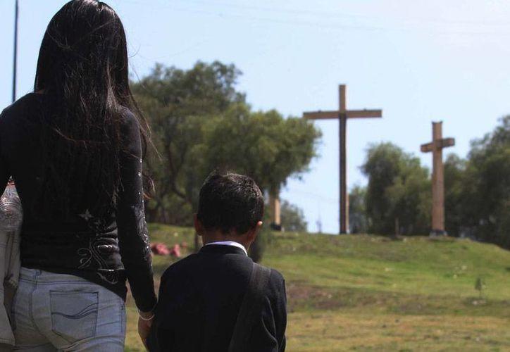 La representación viva de la Pasión de Cristo, en Iztapalapa, tiene sus historias que 'cuelgan' de la cruz, como la de Ángel Juárez, quien fabricó, durante 40 años ininterrumpidos, el madero donde 'murió' el Nazareno. La imagen es de contexto. (Archivo/NTX)