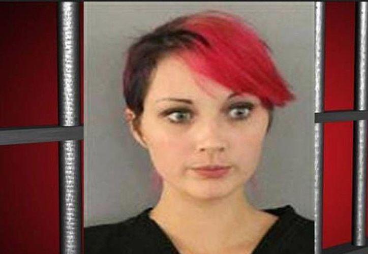 Kayla R. Oxenham fue liberada bajo una fianza de 15 mil dólares. (Captura de pantalla de un video publicado en www.wptv.com)