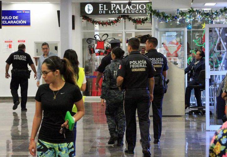 Elementos de la Gendarmería estuvieron al interior y exterior de la terminal aérea en Chetumal. (Ángel Castilla/SIPSE)