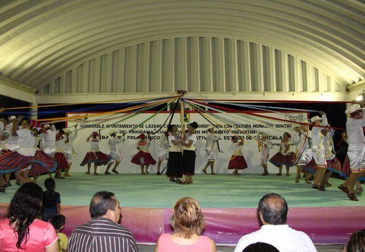 """El ballet folklórico """"México, arte y raíces"""" del estado de Tlaxcala y artistas locales protagonizaron la velada cultural en Kantunilkín.  (Raúl Balam/SIPSE)"""