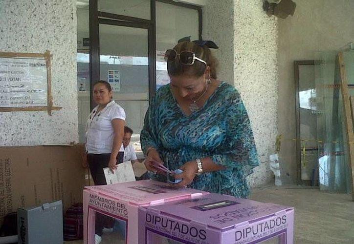 Rosario Ortiz acudió hace unos minutos a participar en el proceso electoral. (Paloma Wong/SIPSE)