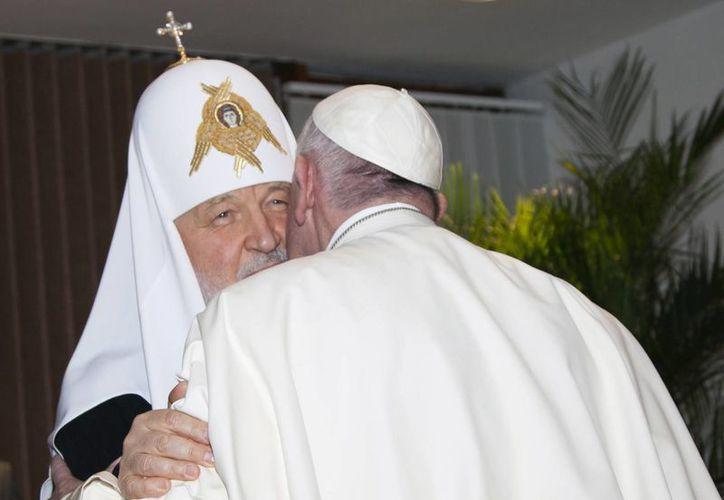 El patriarca de la Iglesia Ortodoxa rusa, Cirilo I, dio la bienvenida al Papa Francisco con un fraternal abrazo en Cuba. Es la primera reunión a mil años de distanciamiento de ambas religiones. (Ismael Francisco/Cubadebate vía AP)