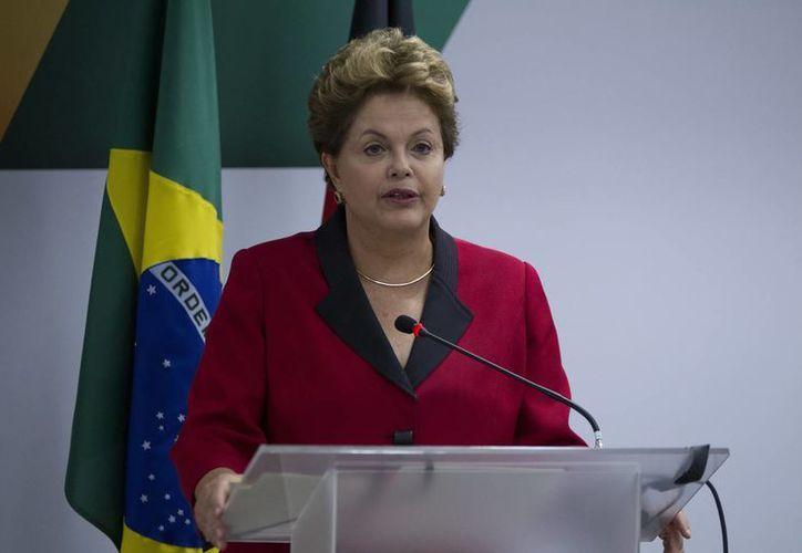 De acuerdo a Datafolha, desde 1990 ningún presidente brasileño caía tan bajo en popularidad como ahora Roussef. (EFE)