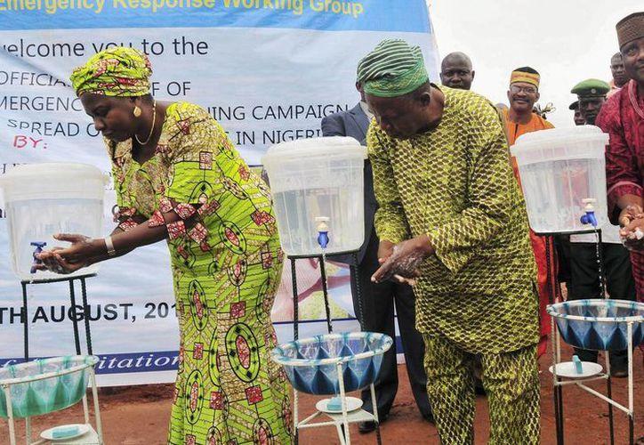 La ministra nigeriana de Recursos del Agua, Sarah Ochee (i), anunció el arranque de una campaña nacional de emergencia para combatir el virus del ébola. (EFE)