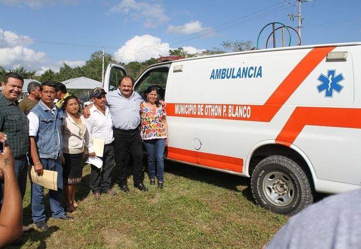 El alcalde capitalino entregó una ambulancia equipada en beneficio de la comunidad de Cerro de las Flores. (Cortesía/SIPSE)