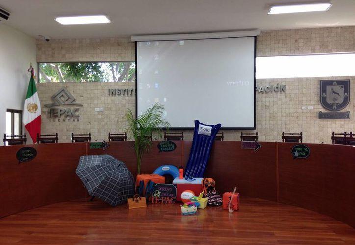 En pleno año no electoral el Iepac convirtió el Salón de Sesiones del Consejo General en una sala de fiestas para celebrar el arranque del periodo vacacional.  (Fotos: Milenio Novedades)