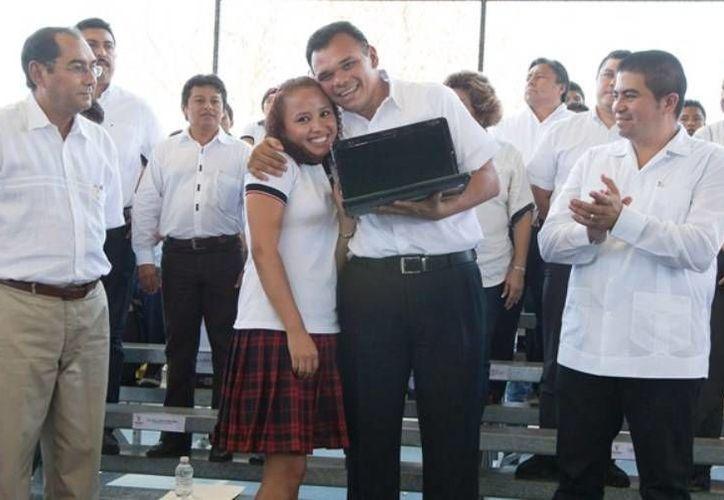 """En Hunucmá, el Gobernador entregó 506 laptops del Programa """"Bienestar Digital"""" a igual número de estudiantes de siete municipios yucatecos. (Cortesía)"""