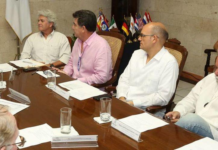 Cónsules extranjeros en Mérida durante su encuentro con funcionarios de Ayuntamiento. Presentaron un resumen de las actividades que realizaron y harán en esta capital. (Milenio Novedades)